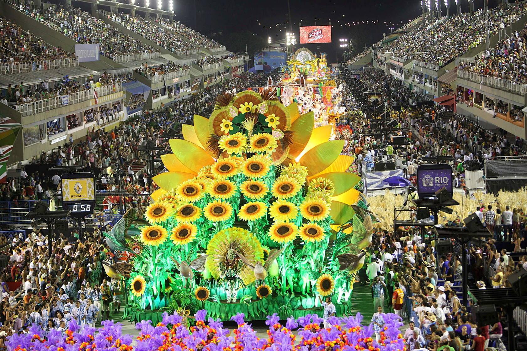 Alberto de Mónaco se divierte en los despampanantes desfiles del Carnaval de Rio