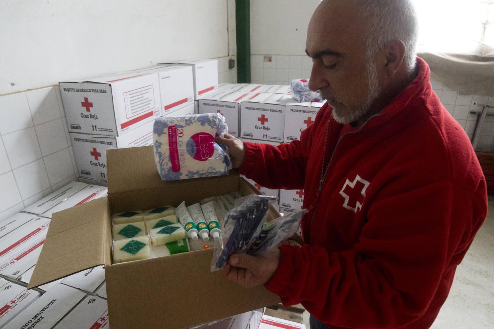 Cruz Roja reparte 'kits' de higiene básica a personas necesitadas
