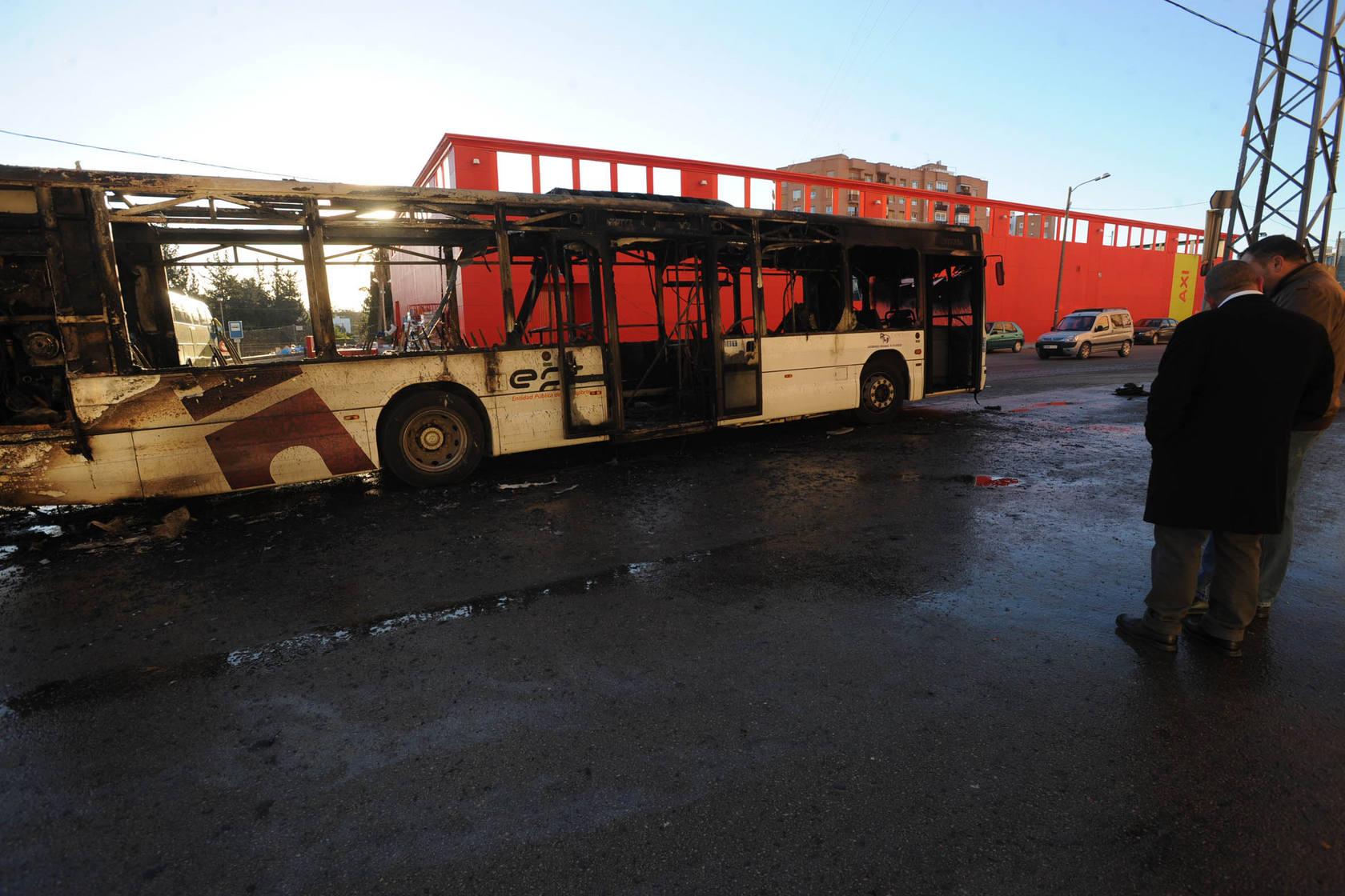 Evacuan un autobús escolar incendiado en Lorca